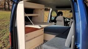 Die Küche ist mit einer Schublade versehen und bietet ein Fach für einen optionalen Gaskartuschen-Kocher, die Klappe ist als Tisch nutzbar. Foto: Auto-Medienportal.Net/Natürliche Reisemobile
