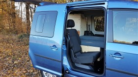 Die Sitzbank bietet einen von oben und von vorne zugänglichen Stauraum und lässt sich zu einer Schlaffläche von 190 x 125 oder 92 Zentimetern umbauen. Foto: Auto-Medienportal.Net/Natürliche Reisemobile