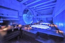 Hoch oben über dem Tal bezieht das Paar (Zielgruppe) dann den luxuriös ausgestatteten Pistenbully für eine Nacht – inklusive Panorama-Fensterscheiben zum Sternegucken, einem Spa-Bad mit Aussicht über die Bergwelt, Heizung, TV und W-Lan. Foto: Auto-Medienportal.Net/La Plagne