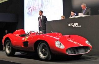 Erzielt ein ums andere Mal Höchstpreise bei Auktionen, wie hier beim Pariser Auktionshaus Artcurial: Der Ferrari 335 Sport Scaglietti aus dem Jahr 1957. Foto: Artcurial