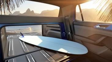 Durch die Verlängerung der Ladefläche kann der hintere Teil des Fahrerhauses ebenfalls genutzt werden, um zum Beispiel besonders lange Gegenstände zu verstauen. Foto: Volkswagen
