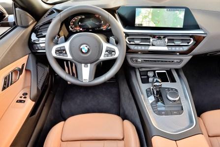 Mit einer fahrerorientierten Cockpitgestaltung, einer dynamisch nach vorn gerichteten Linienführung und einem auf wenige Bereiche konzentrierten Einsatz von Dekorflächen vermittelt auch das Interieur des neuen BMW Z4 pure Fahrfreude. Foto: BMW