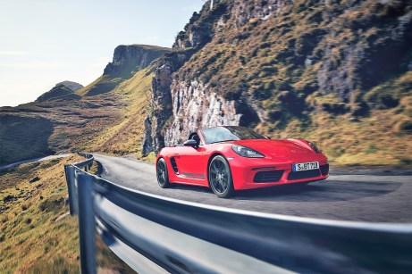 """Serienmäßige 20-Zöller und dunkelgraue Außenspiegel-Oberschalen sowie die Schriftzüge """"718 Boxster T"""" oder """"718 Cayman T"""" an den Seiten lassen den Porsche sofort als T-Variante erkennen. © Porsche"""