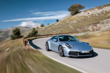 Die Front des 911er wirkt jetzt aufgeräumter, glatter. © Porsche
