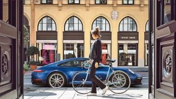 """""""Brain likes novelty"""", das Gehirn liebt Neuheiten, heißt es in der Wissenschaft. Der Anblick von etwas Neuem, einem Auto etwa, einer Uhr oder einem Mobiltelefon, sorgt im Hirn des Betrachters unmittelbar für Aufregung. © Porsche"""
