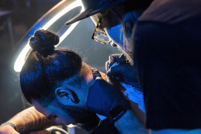 Tattoo-Artist Dominik The Who tätowiert live bei der CUPRA X Night Berlin