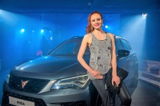 Model Barbara Meier am CUPRA Ateca. Foto: Seat