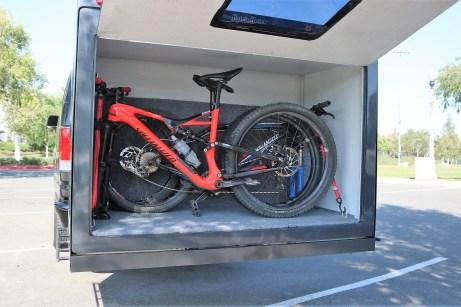 Während der Fahrt kann das Anhängsel als Transportbox für Fahrräder, Sportgeräte oder Campingzubehör dienen. Foto: Auto-Medienportal.Net/Hitch Hotel