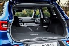 Durchdachte Raumgestaltung: Dank der umlegbaren Beifahrersitzlehne lässt sich auch langes Ladegut einfach transportieren. © Renault