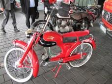"""Victoria-Moped """"Avanti"""" vor einer Victoria V35 """"Bergmeister"""" Baujahr 1954"""
