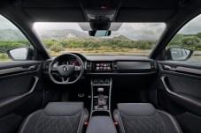 Aufgeräumter Innenraum mit perfekt passendem Sport-Gestühl. Alcantara und Carbon-Look-Blenden sorgen für ein sportliches Flair. © Skoda