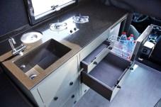 Der Küchenblock ist mit einem zweiflammigen Gaskocher, Spüle mit Haushaltsarmatur und Kompressor-Kühlschrank ausgestattet. Foto: Auto-Medienportal.Net/Matzker