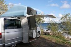 Der Queensize Camper macht seinem Namen alle Ehre und bietet – untypisch für einen VW Bus – sogar Dusche und WC. Foto: Auto-Medienportal.Net/Queensize Camper