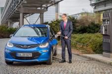 Opel-Chef Michael Lohscheller geht mit gutem Beispiel voran: Der Rüsselsheimer Autohersteller unternimmt einiges für den Ausbau der Lade-Infrastruktur. © Opel