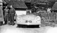 """Ferdinand Porsche (von rechts nach links) und Ferry Porsche neben dem Porsche Prototyp """"Nummer 1"""" in Gmünd. Foto: Auto-Medienportal.Net/Porsche"""