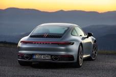 Die Heckpartie des neuen 911 ist wieder ein bisschen breiter ausgefallen. © Porsche