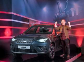 """Als neue """"Voice of Germany"""" darf sich Samuel Rösch unter anderem über einen brandneuen SEAT Arona Beats freuen. Foto: Seat"""