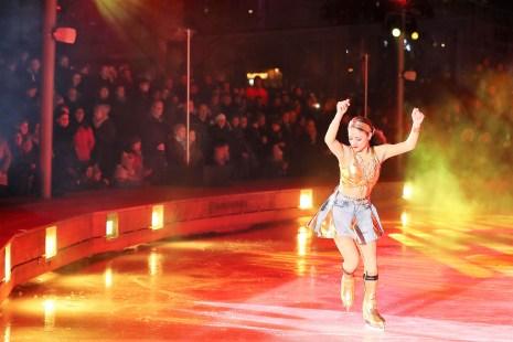 """Höhepunkt auf dem Eis sind die selbst produzierten Shows der Autostadt. """"Urban Sounds and Places"""" lautet in diesem Jahr das Thema der zehn Choreografien, in denen das Ensemble aus 22 internationalen Eislaufprofis sein Können zeigt. Foto: Auto-Medienportal.Net/Autostadt"""