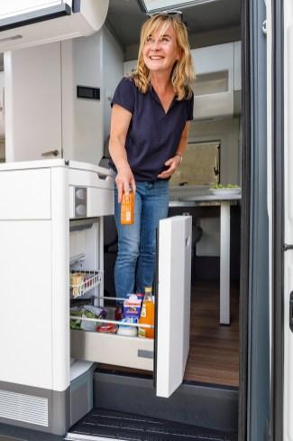 Der von innen und außen zugängliche Kühlschrank im Grand California. © Volkswagen