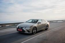 Sportlich eleganter Auftritt: Der Lexus ES 300h rollt als Coupé-Limousine auf den Europa-Markt. © Lexus