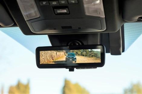 Ein weiterer Hingucker im Wortsinne ist der digitale Innenspiegel mit Panoramasicht, auf den eine hochauflösende Kamera mit Weitwinkelobjektiv, die hoch in der Heckscheibe sitzt, auf Knopfdruck ein Bild des rückwärtigen Verkehrs projiziert. Foto: Auto-Medienportal.Net/Toyota