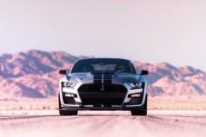 Sportwagen in den USA müssen sich immer an der Viertelmeile messen lassen. Der supercharged 5,2-Liter-Achtzylinder mit Aluminiumblock schiebt den Shelby GT500 die 400 Meter aus dem Stand in weniger als elf Sekunden. Foto: Auto-Medienportal.Net/Ford