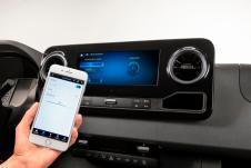 Die Möglichkeiten der Einstellungen reichen von der zentralen Anzeige des Gasfüllstands bis zur Regulierung von Licht und Heizung oder der Soundanlage per Touch-Displays im Fahrzeug oder per Smartphone-App. © Mercedes-Benz