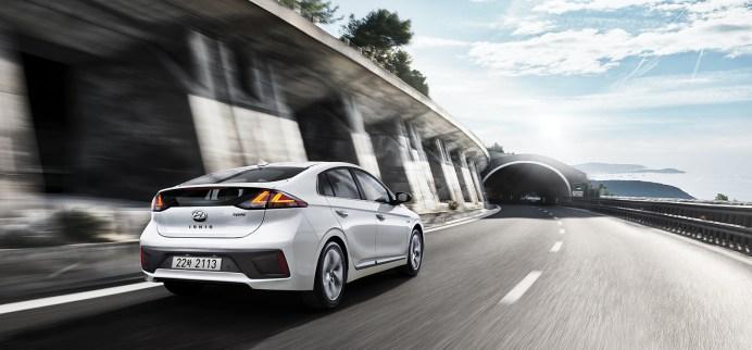 Die Hybrid- und Plug-in-Hybrid-Variante des Ioniq erhalten ein überarbeitetes Design an Karossiere und Innenraum. © Hyundai