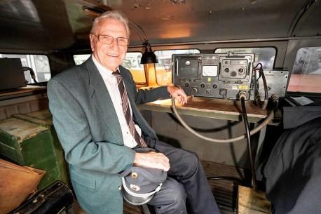 Ex-Polizeihauptwachtmeister Heinz Scholze (89) im VW T1 Radarmesswagen (Baujahr 1953). Foto: Auto-Medienportal.Net/Volkswagen