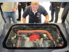 Unter Glas steckt der Sechszylinder aus dem Porsche 911 im B32.