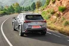 Die Heckansicht wirkt wiederum massiv, die Rückleuchten sind schmal, die Heckklappe beginnt recht weit oben. Foto: Auto-Medienportal.Net/Lexus