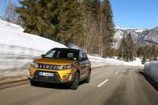 Auffälligste optische Änderung ist der Kühlergrill mit fünf Schlitzen und vertikalen Chromstreben, der das neue Erkennungszeichen aller Suzuki-SUVs werden soll. © Suzuki