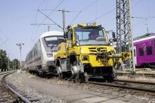 Auch das gibt's: ein Unimog als Schienenfahrzeug. Foto: Auto-Medienportal.Net/Daimler