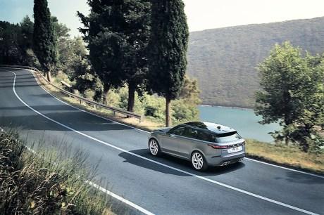 An Bord hat das neue Velar Topmodell auch die Softwaresteuerung Intelligent Driveline Dynamics (IDD). Sie passt die Verteilung des Motordrehmoments an die jeweiligen Bedingungen an. Dabei können bis zu 100 Prozent Antriebskraft zu den Hinterrädern gelangen. Foto: Auto-Medienportal.Net/Range Rover