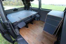 """Für 800 Euro gibt es außerdem die Echtholz-Bodenplatte """"Parkett"""". Für dieses Jahr sind Koch- und Stauraummodule geplant."""