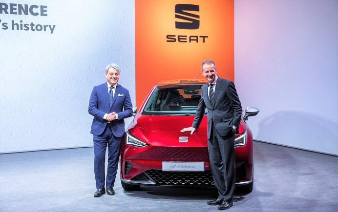 Bei der Jahrespressekonferenz in Martorell: Seats Vorstandsvorsitzender Luca de Meo (links) und VW-Konzernchef Dr. Herbert Diess vor dem geplanten Elektroauto Seat el-Born. Foto: Auto-Medienportal.Net/Seat
