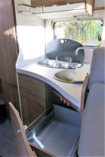 Die Küche ist nach gängigem Standard ausgerüstet, ein dreiflammiger Gaskocher, Edelstahlspüle und rollengelagerte Auszügen gehören dazu. Foto: Auto-Medienportal.Net / Michael Kirchberger