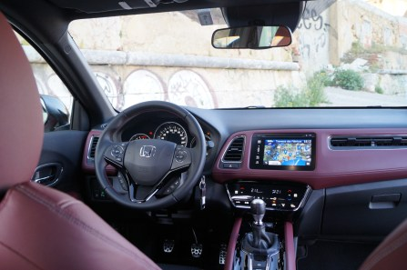 Der Innenraum ist viel weniger verspielt als man es von Honda erwarten könnte. Wer sich für Lederausstattung entscheidet, bekommt ein schwarz-rotes Interieur, das zum sportlichen Anspruch passt. © Honda