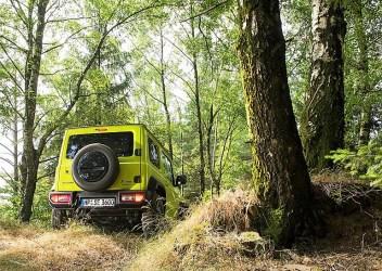 Dass das Reserverad noch immer an der seitlich angeschlagenen Heckklappe montiert ist, dürfte auch der Wald- und Wiesenkundschaft gefallen. Foto: Auto-Medienportal.Net/Suzuki