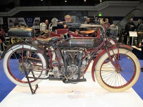 """Die Indian Model F """"Big Twin"""" von 1914 ersparte Mittreten am Berg"""