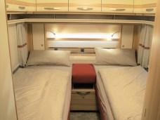 Das Polster zwischen den Betten ist auch Rosso-rot