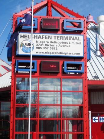 Deutschland-Flagge und HELI-HAFEN erfreuen deutsche Besucher