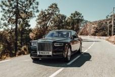 Klassische Grandezza: Wie gemalt gleitet der Phantom VIII die Küstenstraße entlang. © mr.goodlife / Rolls-Royce