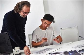 ŠKODA Chefdesigner Oliver Stefani kümmert sich persönlich um die Azubis aus der ŠKODA Berufsschule und gibt ihnen wertvolle Tipps. © Skoda