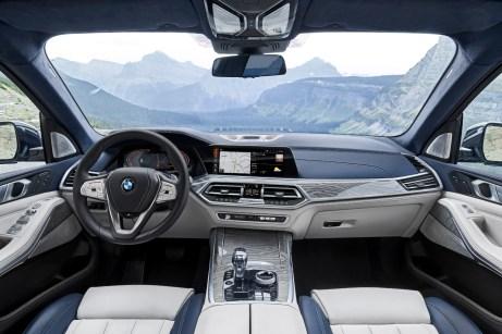 Blick auf das Cockpit im BMW X7 © BMW