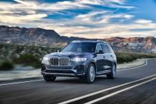 Stattliche Niere, schlanke LED- oder Laser-Scheinwerfer: der neue BMW X7 zeigt Präsenz. © BMW