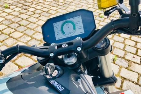 Über den breiten und relativ hohen Lenker hat man das Motorrad stets gut im Griff, über das große Display alle wichtigen Infos stets gut im Blick. © Ralf Schütze / mid