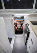 Den Zugang in die Wohnkabine gibt eine hinter der Fahrertür angeordnete Einstiegstür frei.