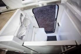 Der Earthcruiser Escape ist mit einer Duschtasse, einem einklappbaren WC und einem Küchenblock mit Diesel betriebenen Kochfeld, Spüle und Kühl-/Gefriergerät ausgestattet.