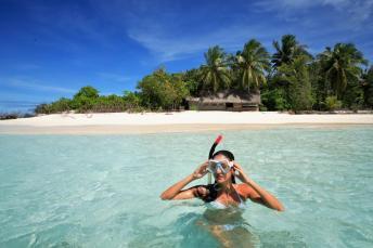 Schnorcheln vor der Insel Embudhoo - eine komplett unbewohnte naturbelassene Insel mit wunderschöner grüner Vegetation. © Coco Collection